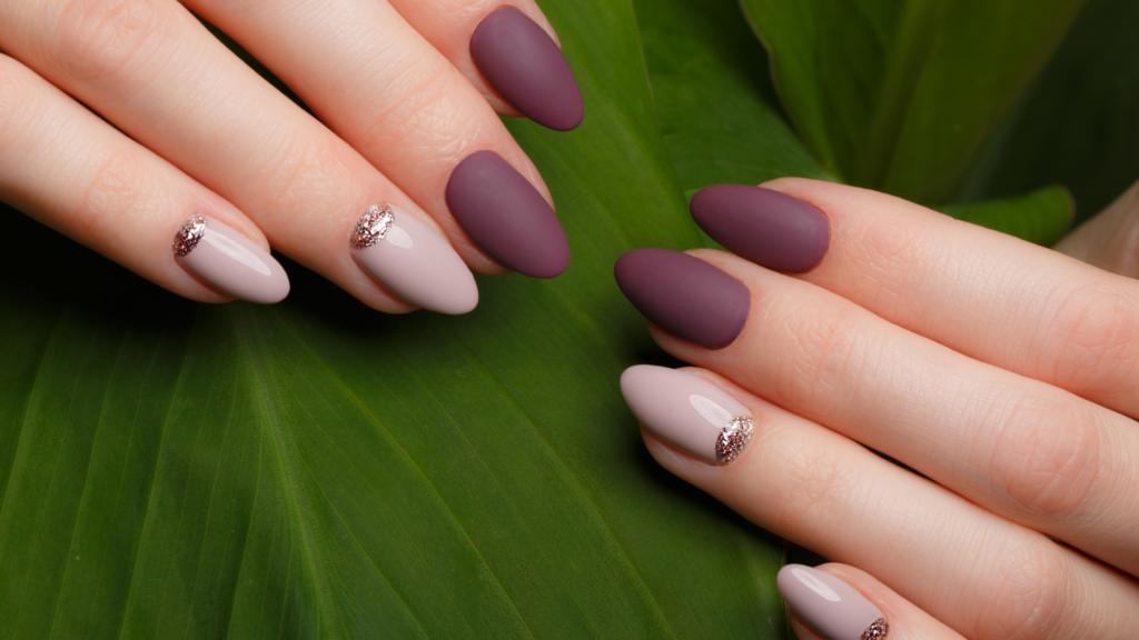 Applicazione dello smalto semipermanente per delle unghie perfette