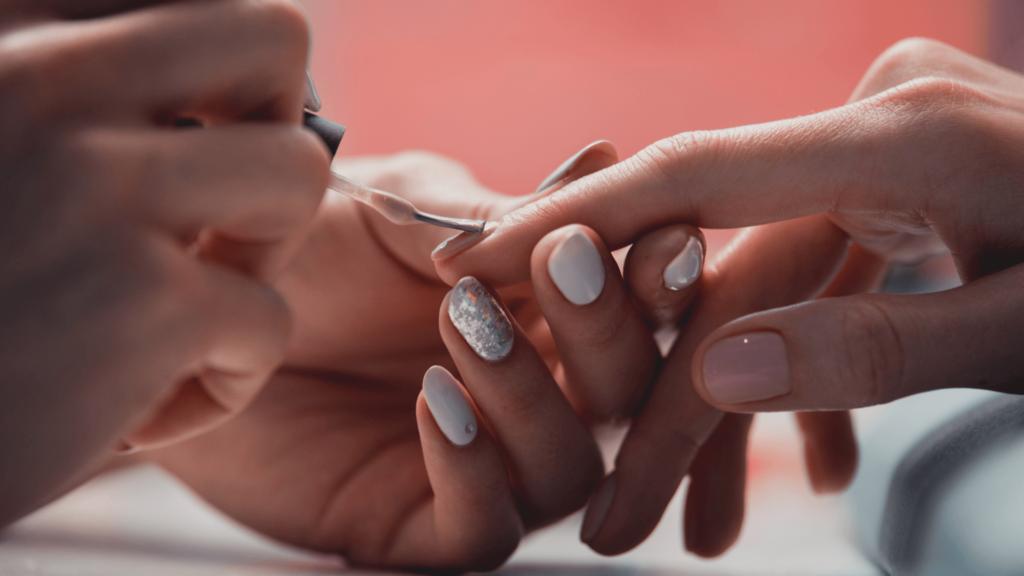 L'applicazione dello smalto per una perfetta manicure